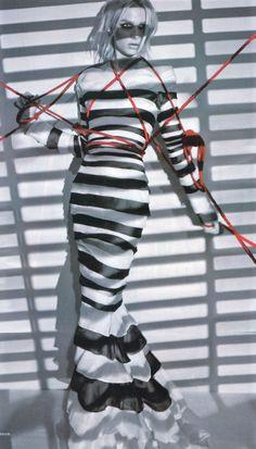 Jean Paul Gauttier 2011S/S Collection Stripe Dress  장 폴 고티에가 2011 S/S 컬렉션에서 선보인 스트라이프 패턴의 드레스.