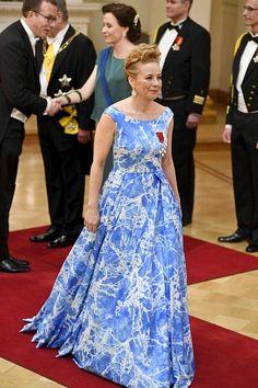 Sanna Lauslahden puku on kotimaisen Globe Hopen käsialaa. Puvun printti on tehty Lauslahden tyttären Vivi Lauslahden maalauksen pohjalta.