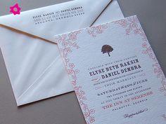 Invitaciones de boda con papel estampado en rosa claro