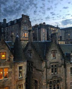 "7,523 curtidas, 47 comentários - Amazing Travel (@tourtheplanet) no Instagram: ""Cockburn Street, Edinburgh, Scotland. Photo by @samellis1993 #TourThePlanet 🌎🌍🌏"""