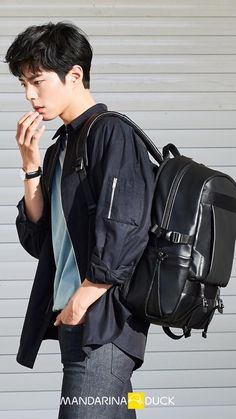 Super smexy and with a dazzling cheeky smile, Park Bo Gum was chosen to show some pieces of the 2017 line for Mandarina Duck backpacks & bags. His smile could sell us just about anything. Korean Star, Korean Men, Asian Actors, Korean Actors, Park Bo Gum Wallpaper, Wallpaper Maker, Wallpaper Desktop, Black Wallpaper, Nature Wallpaper