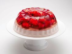 Ecco come realizzare la gelatina dolce per le vostre torte ma anche per i dolcetti squisiti che diventeranno bellissimi con un velo lucido e brillante, scopriamo come fare.