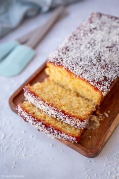 Jammy Coconut Loaf Cake! Apple Cake Recipes, Tart Recipes, Baking Recipes, Sweet Recipes, Patisserie Cake, Janes Patisserie, Coconut Loaf Cake, Light Cakes, Just Cakes