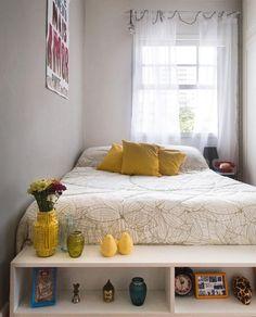Solução para um quarto com dimensões reduzidas: colar a cama em uma das Paredes deixando espaço para o acesso ao guarda roupas.  Adorei a ideia do móvel de apoio junto da cama.
