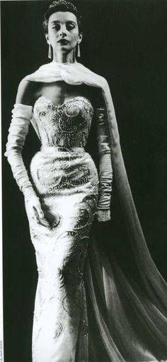1953 Pierre Balmain Buckingham gown, beaded satin strapless gown with train, photo by Willy Maywald. Pierre Balmain, Vintage Glamour, Vintage Beauty, Moda Popular, Vintage Dresses, Vintage Outfits, Vintage Clothing, Christian Dior, Yves Saint Laurent