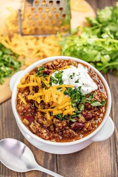 This easy chili recipe is the best! It is full of flavor and satisfying, hearty beans and beef. Perfect for fall and the days when a warm bowl of chili is just what the doctor ordered. #chilirecipe #chili Best Chili Recipe, Chili Recipes, Crockpot Recipes, Cooking Recipes, Healthy Recipes, Chili Bowl Recipe, Classic Chili Recipe, Seafood Recipes, Beef Dishes