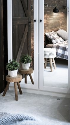 Drewniany stołek z tapicerowanym siedziskiem ubranym w bawełniany, ręcznie dziergany grubym splotem pokrowiec, który jest zdejmowany i można go prać w pralce. Nóżki stołka są zabezpieczone przed rysowaniem podłogi pianką tapicerską. Stołek świetnie sprawdzi się jako stolik, podnóżek, a także dodatek do pokoju dziecięcego. Sznurek posiada certyfikat jakości i bezpieczeństwa OEKO-TEX® Standard 100, co gwarantuje, że nie zawiera substancji, które mogłyby zaszkodzić zdrowiu, a także środowisku.