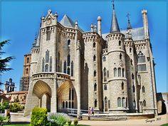 El Palacio episcopal de Astorga es obra de Gaudí y está apoyado sobre la antigua muralla, en la parte alta de la ciudad. Fue construido con piedra del Bierzo y un cierto aire medieval para armonizar con la cercana Catedral y sorprende su luminosidad. Consta de cuatro plantas unidas en una escalera de caracol que descienda hasta el sótano, todo él de ladrillo. Actualmente es la sede del Museo de los Caminos, con una variada exposición de objetos relacionados con el Camino de Santiago