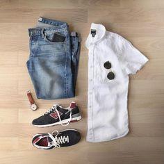 Combo de look masculino com New Balance, calça jeans e camisa de manga brança com óculos de sol ray ban