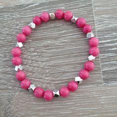 Armband van 6mm violet roze jade met metalen sierkralen. Van JuudsBoetiek, te bestellen op www.juudsboetiek.nl.