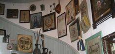 BOZCADA YEREL TARİH MÜZESİ-Onbinden fazla belge ve objeden oluşan Bozcaada Koleksiyonu Harita ve Gravür, Posta Ofisi Damgaları, Kartpostal, Fotoğraf, Belge ve Doküman, Deniz Kabukları, Esnaf Köşeleri....gibi başlıklardan oluşuyor.