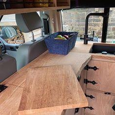 Afbeelding kan het volgende bevatten: zittende mensen, tafel en binnen Kitchen Units, Van Life, Cupboard, Corner Desk, Camper, The Unit, Furniture, Instagram, Home Decor