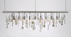 lampe suspension à cristaux qui combine luminaire linéaire et lustre cristal
