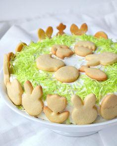 Möhrenkuchen mit Frischkäse Frosting, essbarem Ostergra und-Ausstechplaetzchen | Osterkuchen | Rezept