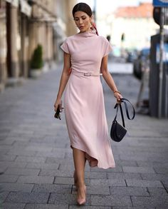 Blush dress her style in 2019 paris chic, kleider, mode Paris Chic, Classy Outfits, Chic Outfits, Fashion Outfits, Dress Fashion, Skirt Outfits, Fashion Boots, Fashion Mode, Trendy Fashion