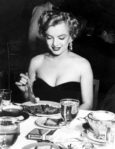 Image from https://marilynintyyliin.files.wordpress.com/2015/01/marilyn-monroe-24_6001.jpg.