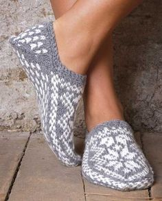 Ravelry: Project Gallery for Slippers with Stars (Strikkede Tøfler med Stjerne) pattern by Navia Diy Tricot Crochet, Bonnet Crochet, Knitted Slippers, Crochet Slippers, Slipper Socks, Knitting Kits, Fair Isle Knitting, Knitting Socks, Knitting Projects