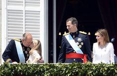La princesa de Asturias, doña Leonor, besa a su abuelo, el rey Juan Carlos I ante la mirada de sus padres, los reyes Felipe VI y Letizia en el balcón del Palacio Real.