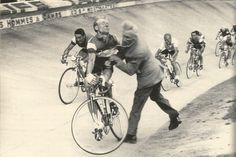 Tour de France 1958. 24^Tappa, 19 luglio. Digione > Parigi. Parc des Princes. Ancora un'immagine del terribile scontro tra André Darrigade (1929) e il segretario generale del Velodromo Constant Wouters (1888-1958). Quest'ultimo morirà il 31 luglio per le conseguenze dell'incidente.