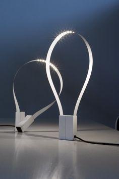 La lampe de table Fluida de martinelli luce   http://www.decotendency.com/lumiere/lampe-de-table-fluida-26611 #lampe #deco #design #blog