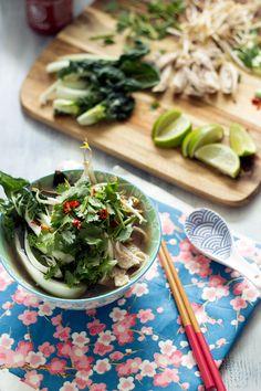 pho ga (Vietnamesische Hühnersuppe mit Pak Choi und Reisnudeln)