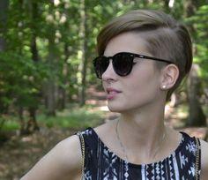 2. Hipster dunkelblonder gerade rasierter Pixie – Cut