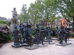 """La estatua de #Rembrandt en #Rembrandtplein rodeada por los personajes de su pintura más famosa """"La ronda de noche"""" en #Ámsterdam. http://www.viajaraamsterdam.com/lugares-para-visitar-en-amsterdam/rembrandtplein/"""