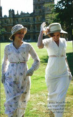 Jessica Brown Findlay as Lady Sybil and Laura Carmichael as Lady Edith Crawley on Downton Abbey. Downton Abbey Costumes, Downton Abbey Fashion, Downton Abbey Season 1, Matthew Crawley, Edith Crawley, Belle Epoque, Lady Sybil, Jessica Brown, Gentlemans Club