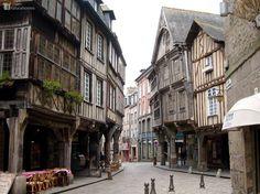 Esta es la calle Rue haute Voie, una de las muchas calles con estructuras de roble de Dinan, Francia. El roble, puede tener la asombrosa longevidad de hasta 1000 años e incluso mas en construcción, si se utiliza verde siguiendo los métodos tradicionales. Más información en: www.naturalhomes.org/es/homes/dinan.htm