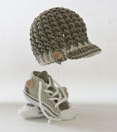 Baby Knitting Patterns Newborn Hat and chucks crocheted for baby boys Newborn Crochet Hat Pattern, Crochet Pullover Pattern, Crochet For Boys, Crochet Baby Booties, Baby Knitting Patterns, Diy Crochet, Hand Knitting, Baby Converse, Baby Boots