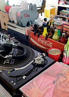 Na mesa de DJ, Houssein coloca as garrafinhas de seu refrigerante preferido que traz de viagens pelo mundo - Fotos Otavio Dias - Apartamento de Houssein Jarouche, em São Paulo. Projeto de Triptyque.