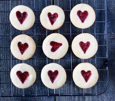 Bringebærkjeks Norwegian Food, Norwegian Recipes, Christmas Candy, Pineapple, Food And Drink, Sweets, Cookies, Baking, Fruit