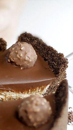 Receita com instruções em vídeo: Cheesecake de Ferrero Rocher, precisamos dizer algo mais? Ingredientes: 240g de floco de milho triturado, 70g de manteiga sem sal derretida, 4 colheres de sopa...