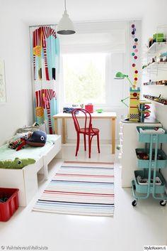 lastenhuone,lastenhuoneen sisustus,sisustus,pojan huone,värikäs,värikäs lastenhuone,string-hylly,string pocket