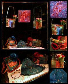 Rot, Blau und Rosa sind die Frühlings-Farben im Klunkerfisch-Schaufenster im April 2020. Wickelröcke und Taschen aus Jeans und Canvas sowie Armstulpen und Tücher aus Seide sind frühlingsfrische und freche Begleiter für dich. Halle, Red, Blue, Jean Bag, Store Windows, Handmade Jewelry, Silk, Colors, Nice Asses