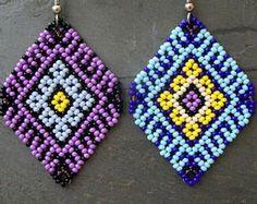 Mexican Huichol Earrings Purple or Blue Mexican Huichol Earrings Purple or Blue Bead Jewellery, Seed Bead Jewelry, Seed Bead Earrings, Beaded Earrings, Beaded Bracelets, Blue Earrings, O Beads, Handmade Beaded Jewelry, Beaded Jewelry Patterns