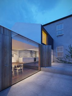 001 Dublin House Extension Dusk (by Daniel James Hatton) Architecture Durable, Residential Architecture, Contemporary Architecture, Architecture Details, Interior Architecture, Building Architecture, Installation Architecture, Dublin House, House Extensions