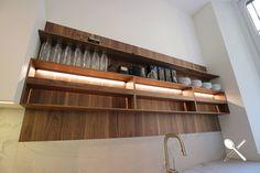 En este tablero os mostramos una serie de imágenes sacadas por nuestro equipo, en la Feria EuroCucina 2018, de Milán.  En ellas podemos observar diferentes tipos de muebles para tener todos los accesorios de la cocina bien organizados.  Esta manera de organizar nuestro espacio en la cocina, es una de las tendencias vistas en la Feria EuroCucina, y estamos seguros que no dejarán indiferente a nadie en cuanto a organización de espacios se refiere. Kitchen In, Cocinas Kitchen, Shelves, Home Decor, Kitchen, Different Types Of, Kitchen Design, Organize, Furniture
