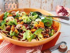 Mega Powersalat mit Sonnenblumenkernen Rezept: Brokkoli,Salz,Pfeffer,Zucker,Granatapfel,Champignons,Möhren,Avocados,Zitrone,Öl,Basilikum,Kürbiskerne
