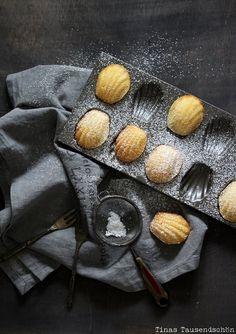 I love those cute lemony french sweet treats (in German) Cake Photography, Food Photography Styling, Food Styling, Photography Composition, Crumpets, Lemon Madeleine Recipe, Madeleine Cake, Real Baking, Gastronomia