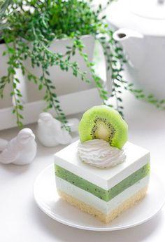 Sernik z musem z kiwi - Gotuję, bo lubię Fancy Desserts, Delicious Desserts, Yummy Food, Cheesecake Recipes, Dessert Recipes, Kiwi Cake, Easy Baking Recipes, Mousse Cake, Polish Recipes