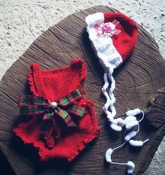 Conjunto confeccionado em tricô em fio antialérgico <br>Detalhes fitas <br>Cor vermelho e Branco <br>Tamanhos RN / 1 a 3 meses