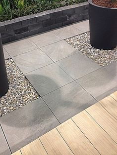 Muurikiviä ja isoa betonilaattaa pihalle