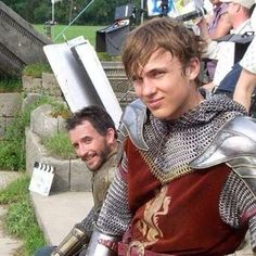 """Behind the scenes of Narnia. The duel between Peter and Miraz. <<<< Peter is like, """"SELFIE!"""" and Miraz is like,"""" Hey peace dudes this is my buddy Pete"""" Narnia Cast, Narnia 3, Narnia Movies, Star Rain, William Moseley, Edmund Pevensie, Georgie Henley, Prince Caspian, The Avengers"""
