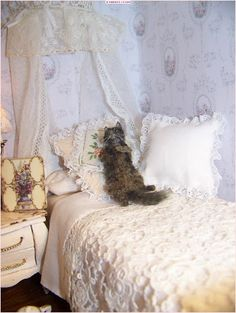 cat in miniature Diy Dollhouse, Dollhouse Miniatures, Mini Things, Miniture Things, Baby Cribs, Shabby Chic Decor, Shag Rug, Bedroom Furniture, Comforters