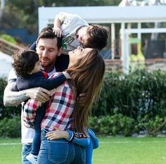 Lionel Messi Shares Cute Household Picture With His Spouse And Sons Messi Art, Messi Logo, Lional Messi, Football Players Images, Soccer Players, Football Quotes, Football Soccer, Soccer Ball, Fc Barcelona