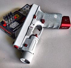Gorgeous Glock 19 in white. Black Talon rounds spotted in the back via Custom Glock, Custom Guns, Weapons Guns, Guns And Ammo, Glock Guns, White Glock, Armas Airsoft, Armas Wallpaper, Armas Ninja
