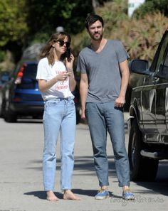 : Photo Dakota Johnson goes barefoot while getting out of her pick-up truck with friends on Thursday (October in Los Angeles. Dakota Johnson Street Style, Dakota Style, Fashion Couple, Look Fashion, Fashion Outfits, Summer Outfits, Casual Outfits, Cute Outfits, Dakota Mayi Johnson