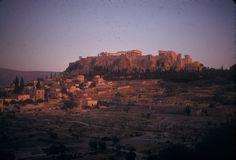 100 πολύτιμες και συγκινητικές φωτογραφίες από μια ανέμελη εκδρομή στην Ελλάδα του 1961 Greece Pictures, Old Pictures, Greek History, Acropolis, Athens Greece, Grand Canyon, Sunset, Places, Nature