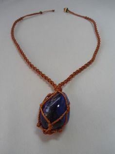 Tecido e castroada a mão esse colar leva pedra Agatha tingida de violeta, promove vibrações de transformação! R$15,00